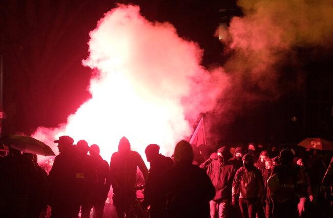 Bei Ausschreitungen in Leipzig wurden am Samstag mehrere Beamte verletzt.