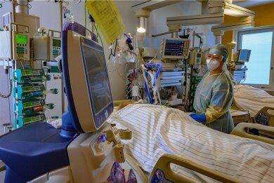 Madlen Schmiedel, leitende Schwester am Klinikum Chemnitz, kümmert sich auf der Intensivstation um einen an Covid-19 erkrankten Patienten.