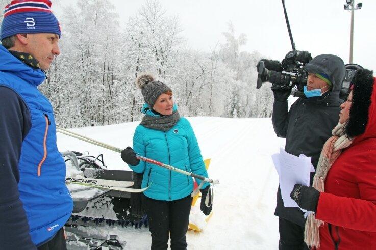 Szenenbesprechung zwischen Autorin Katrin Claußner, Kameramann Sylvio Claußner, Moderatorin Beate Werner und Bürgermeister Michael Funke (v.r.).