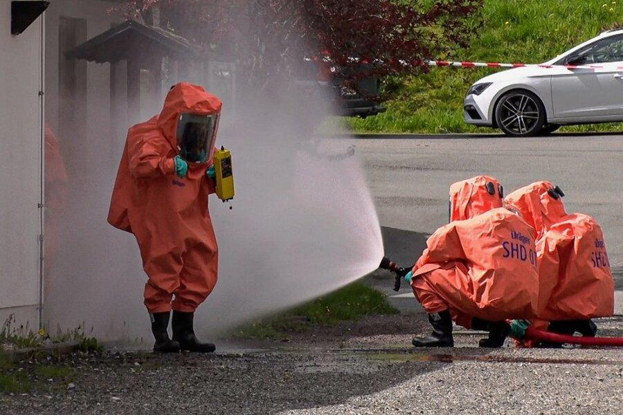 Die zwei Feuerwehrleute, die im Objekt waren, wurden nach dem Einsatz mit Wasser abgespritzt und somit dekontanimiert.
