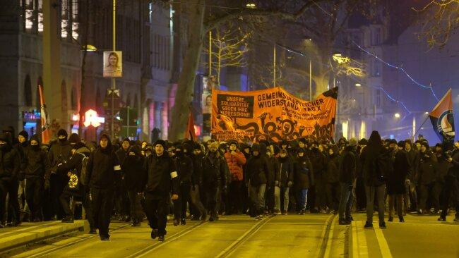 An einer ersten Demo nahmen 1300 Menschen teil.
