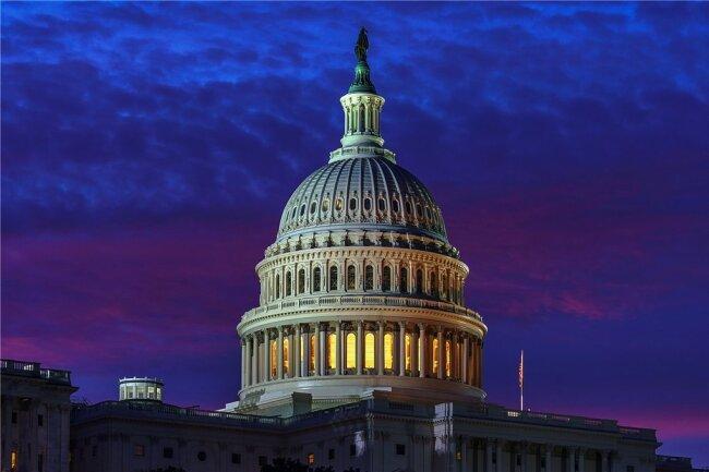 Der Capitol Hill in Washington mit dem Parlamentsgebäude in der Morgendämmerung.