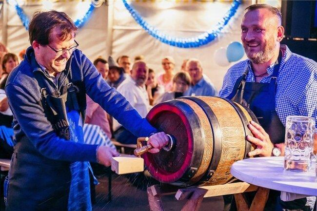 Haiko Stäbler (FDP), Zweiter Stellvertreter des Oberbürgermeisters, übernahm den Fassanstich beim Rochlitzer Oktoberfest.