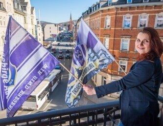 Am Balkon des Rathauses in Aue werden FCE- Fahnen gehisst.