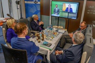 Hinter den Kulissen der CDU-Digitalkonferenz in Chemnitz: Norbert Röttgen (3. v. l.) und Friedrich Merz (r.) verfolgen gemeinsam mit sächsischen CDU-Spitzenvertretern den Auftritt von NRW-Landeschef Armin Laschet. Alle drei wollen im Januar 2021 CDU-Vorsitzende werden.