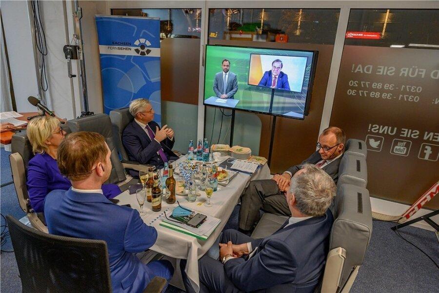 Hinter den Kulissen der CDU-Digitalkonferenz in Chemnitz: Norbert Röttgen (3. v. l.) und Friedrich Merz (r.) verfolgen gemeinsam mit sächsischen CDU-Spitzenvertretern den Auftritt von NRW-Landeschef Armin Laschet.