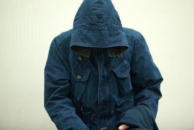 Carsten S. versteckt sich zu jedem Prozesstag vor den Fotografen unter einer Kapuze. Er ist aber bislang der Einzige, der aussagt.