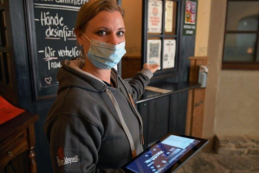 """Die """"Stadtwirtschaft"""" nimmt die 3G-Kontrolle ernst. Mitarbeiterin Corina Lossau führt die Gäste an den Tisch."""