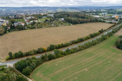 Auf den Ackerflächen zwischen der neuen B-169-Trasse und den Grundstücken an der Oberen Goethestraße in Rebesgrün soll sich künftig ein Gewerbe ansiedeln.