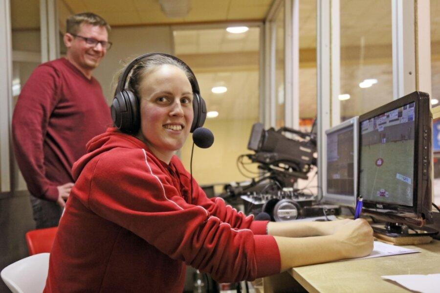 Lisa Felsberger lernte als Co-Kommentatorin von Roy Grüner am Samstagnachmittag den Zweitliga-Handball beim BSV Sachsen Zwickau aus einer völlig neuen Perspektive kennen.