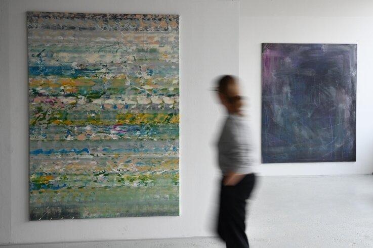 Arbeiten von Renè Seifert (links) und von Christian August (rechts) sind bis September in der Galerie Borssenanger zu sehen.