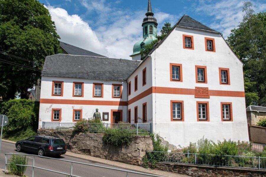 Die Stützwand am Museum in Wiederau ist marode, teilweise sind schon Steine herausgebrochen.