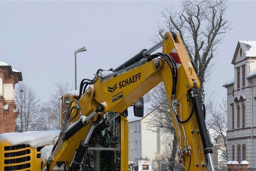 Eine Baustelle sorgt am Rochlitzer Bürgerhaus derzeit für eine halbseitige Sperrung der Bundesstraße. In Kürze erfolgen weitere Arbeiten am Abwassersystem.
