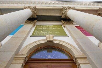Portal des Vogtlandtheaters Plauen: Aufblicken zur Kultur - oder sie im Unerreichbaren entschwinden sehen?