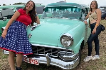 Kim (l.) und Ayleen Oswald, hier vor einem Ford Custum Line, überlegen noch, ob sie am Wochenende nach Freiberg kommen.