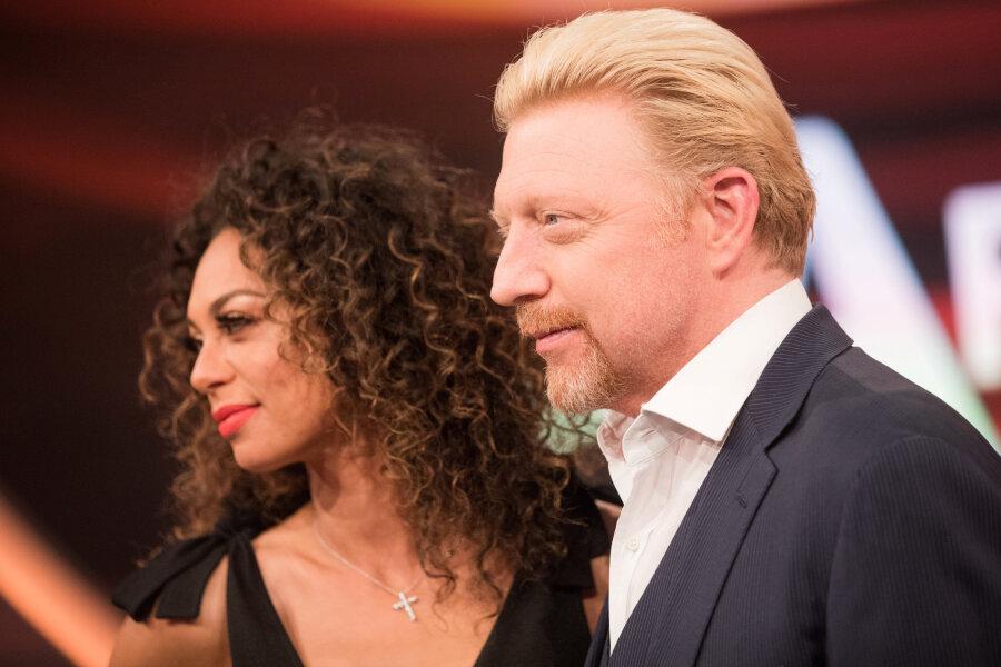 """Tennisstar Boris Becker und seine Frau Lilly stehen vor Beginn der Aufzeichnung der ARD-Sendung """"Paarduell"""" im Studio."""