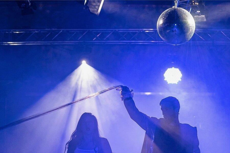 Hannah (Marlen Bieber) und Paul (Felix Rohleder) sehen sich nach dem Clubleben zurück, das sie in einer Art Traum erleben.