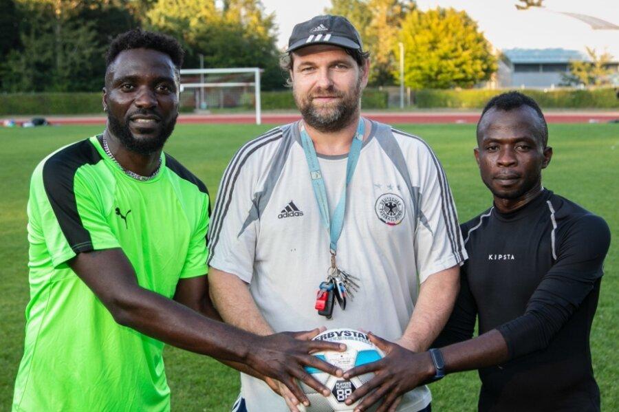 """Julius Agbor Takang (links) schnürt sich seit dem Sommer bei Fortschritt Lichtenstein die Fußballschuhe. """"Man sieht, dass er schon höherklassig gespielt hat"""", sagt Trainer Mirko Ullmann (Mitte). Bei Wallace Ndi Tangwan gibt es noch Probleme mit der Spielgenehmigung."""
