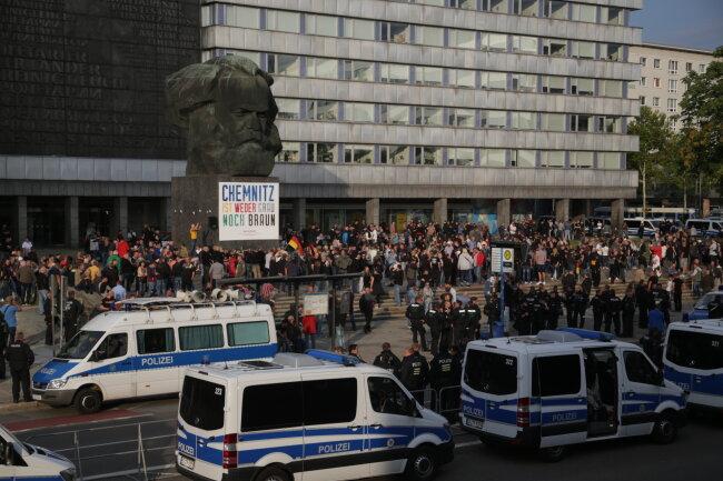 Vor dem Marx-Monument haben sich mittlerweile mehrere hundert Menschen der Demo von Pro Chemnitz eingefunden.