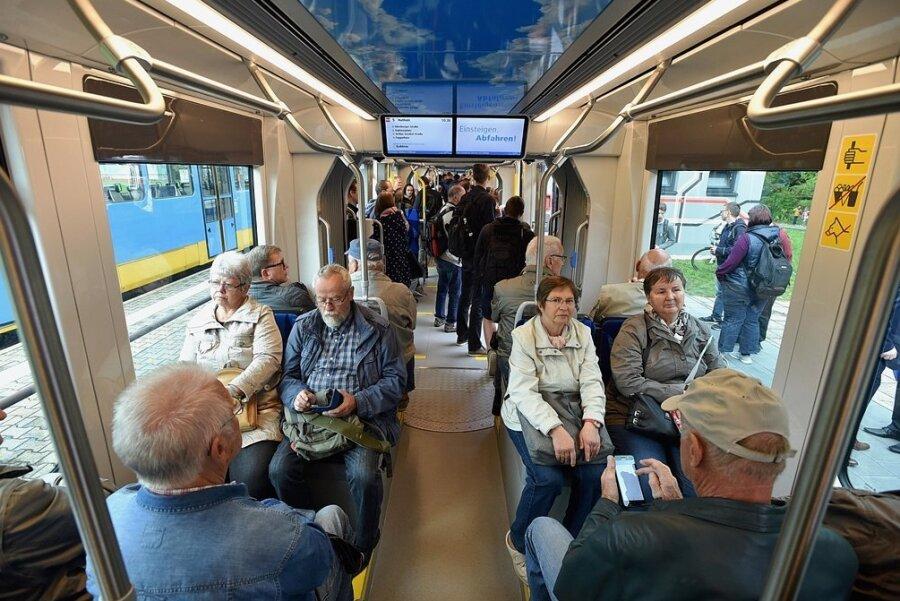 Blick ins Innere der neuen Bahnen: Das Raumangebot ist ähnlich dem der vor 20 Jahren eingeführten Variobahnen. Ein- und Ausstieg sind stufenlos.