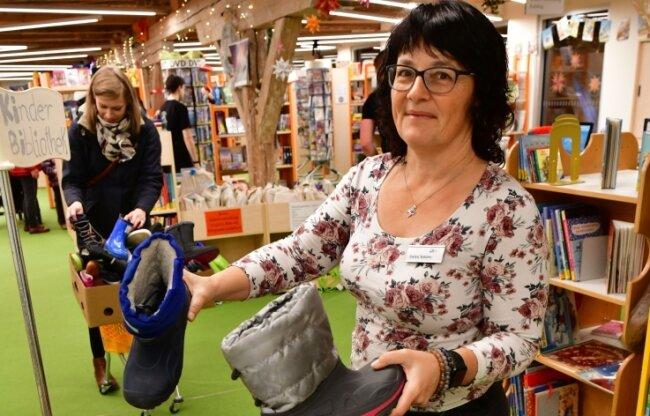 In Freiberg gab es schon in den vergangenen drei Jahren eine Nikolausstiefel-Aktion. An zentraler Stelle (hier ein Foto von 2019 in der Bibliothek) wurden Schuhe der Kinder entgegengenommen und warteten dann mit einer Überraschung gefüllt in Geschäften auf ihre Besitzer.