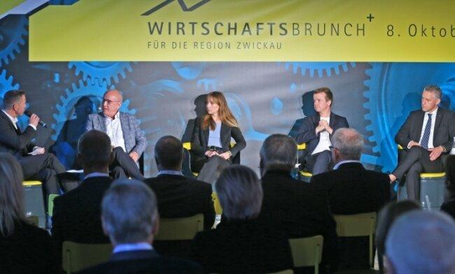 Diskussion im Audi-Bau: Moderator André Hardt im Gespräch mit Albrecht Mugler, Sara Link, Cornelius Pollmer und Carsten Michaelis.