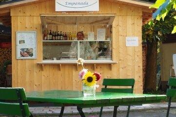 Susie Benz ist glücklich mit ihrem Kaffeehäuschen in Hennersdorf.