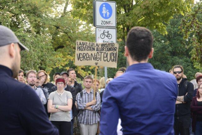 Teilnehmer der Demo von Chemnitz Nazifrei stehen an der Brückenstraße Demonstranten bei Pro Chemnitz gegenüber.