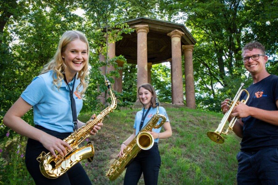 Sie freuen sich auf Sonntagnachmittag: Joline Forker, Fabienne Endt und Jonas Ernecke, der musikalische Leiter von New Generation (v. l.). Die Drei hatten schon bei den Proben zur musikalischen Wanderung, hier am Pavillon im Börnichener Park, viel Spaß.