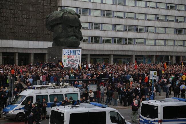 Die Polizei schirmt die Demo von Pro Chemnitz gegen die Protestkundgebung von Chemnitz Nazifrei ab.