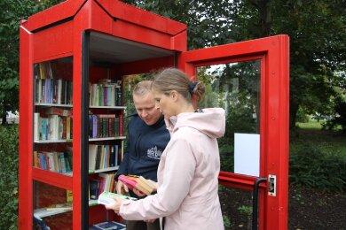 Andre Kleber (l.) und Ariane Spiekermann beim Einräumen der Bücherzelle.