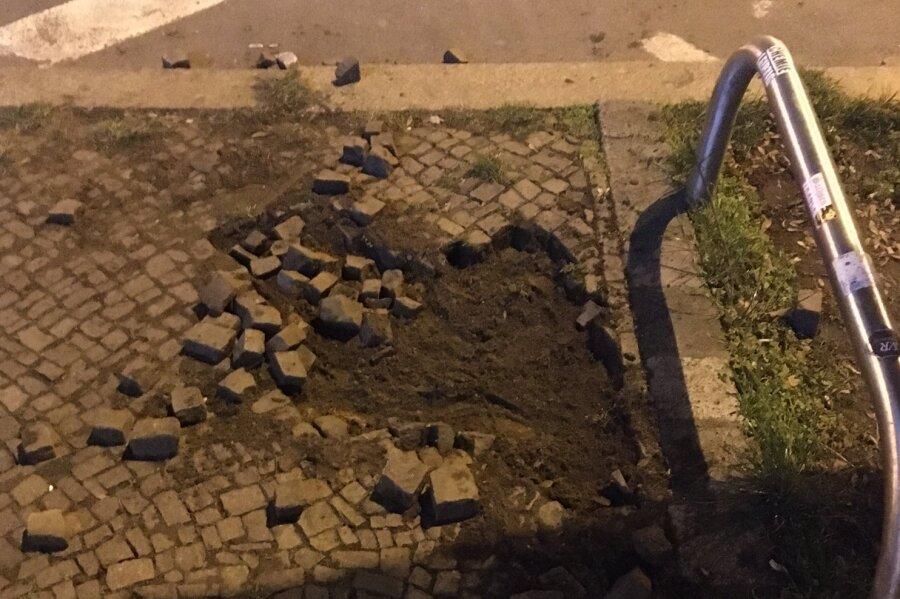 Herausgelöste Pflastersteine an der Demostrecke am Samstagabend in Leipzig. 13 Polizisten wurden verletzt, viele durch Steinwürfe.