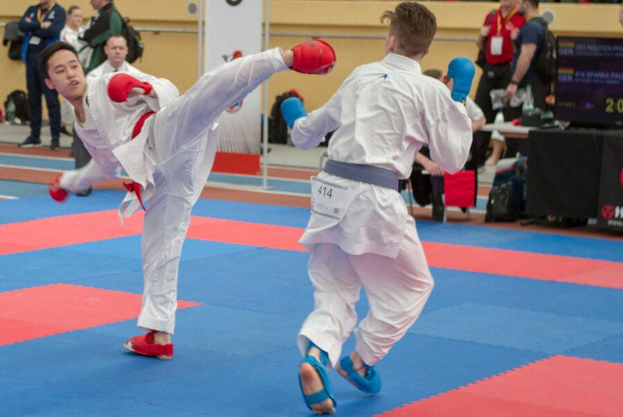 Giang Phung Nguyen (links, rote Schützer) vom Rochlitzer Verein Karate-Do erzielte am Samstag in Chemnitz bei der Deutschen Meisterschaft der Leistungsklasse den fünften Platz in der Wettkampfdisziplin Kumite Herren (minus 60 kg).