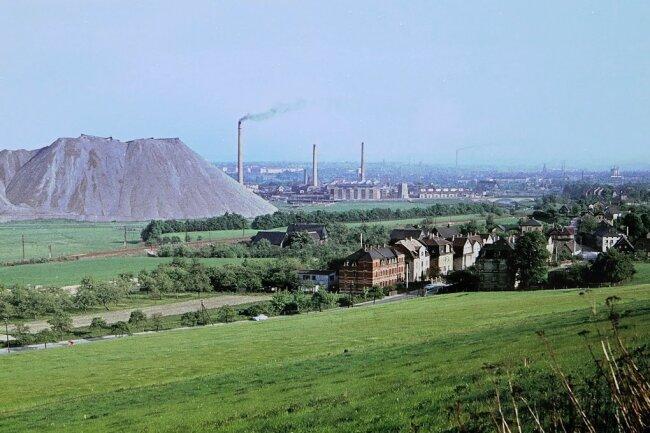 Dieser Blick von der Höhe auf Oberrothenbach in Richtung Crossen aus dem Jahr 1965 ist derzeit als großes Foto am Ortseingang aus Richtung Mosel zu sehen.