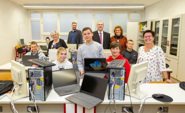 Ihre Rechenmonster von 2004 kommen auf den Schrottplatz: Die Neuntklässler der Schule für Produktives Lernen sind die ersten, die Laptops bekommen haben.