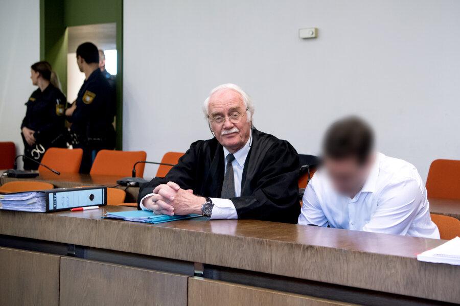 Der 38-jährige Angeklagte sitzt im Gerichtssaal neben seinem Anwalt Wilfried Eisell.