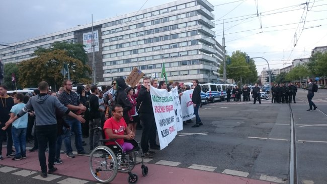 Die Demo von Chemnitz Nazifrei startet in Richtung Bahnhofstraße.