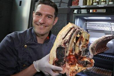 In Grill-Kursen gibt der Profikoch Ronny Otremba sein Wissen an Kochbegeisterte weiter. Auf dem Grill landen unter anderem Steaks von einem acht Jahre alten Angus-Rind.