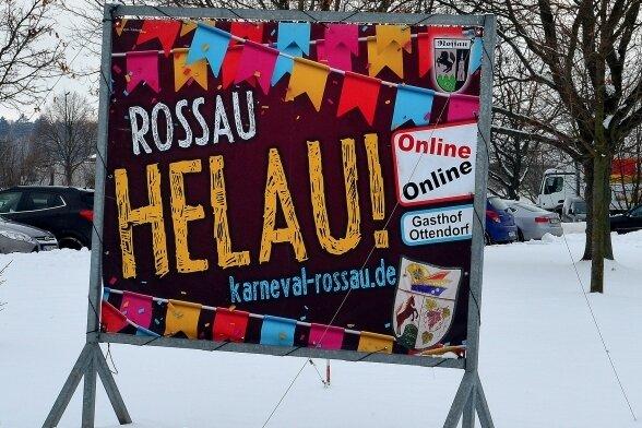 """Mit """"Rossau Helau!"""" grüßt der Karnevalsverein an der Hainichener Straße im Dorf die Autofahrer. Gefeiert wird am Samstag nur online."""