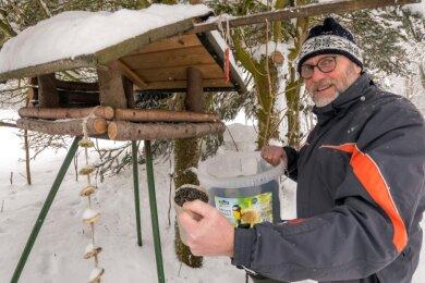 Mehr als 200 Kilogramm Sonnenblumenkerne verfüttert der Heidersdorfer Peter Donath jeden Winter an die Vögel.