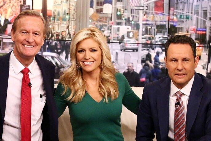 """Das Moderatorentrio vom US-Frühstücksfernsehen """"Fox & Friends"""" (von links): Steve Doocy, er ist mit 61 Jahren der älteste in der Runde - Ainsley Earhardt, sie muss selbst im Winter ziemlich dünne Kleidchen tragen - und Brian Kilmeade, seit zwanzig Jahren beim Sender, gilt als ein ziemlich aggressiver, konservativer Knochen."""