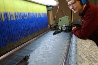 Textildesignerin Magdalena Götze absolviert zurzeit eine Ausbildung am Webstuhl in der Crimmitschauer Seidenmanufaktur.