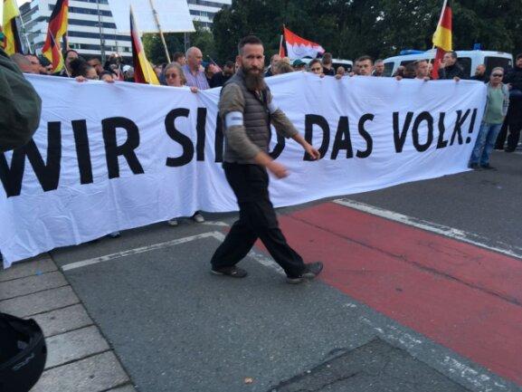 Start der Demo von Pro Chemnitz. Vorn zu sehen: Chefordner Arthur Oesterle.