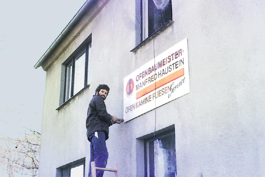 Manfred Haustein beim Anbringen seines Firmenschildes. Er hatte sich entschieden, sein eigener Chef zu sein und startete am 1. Oktober 1990 in die Selbstständigkeit.