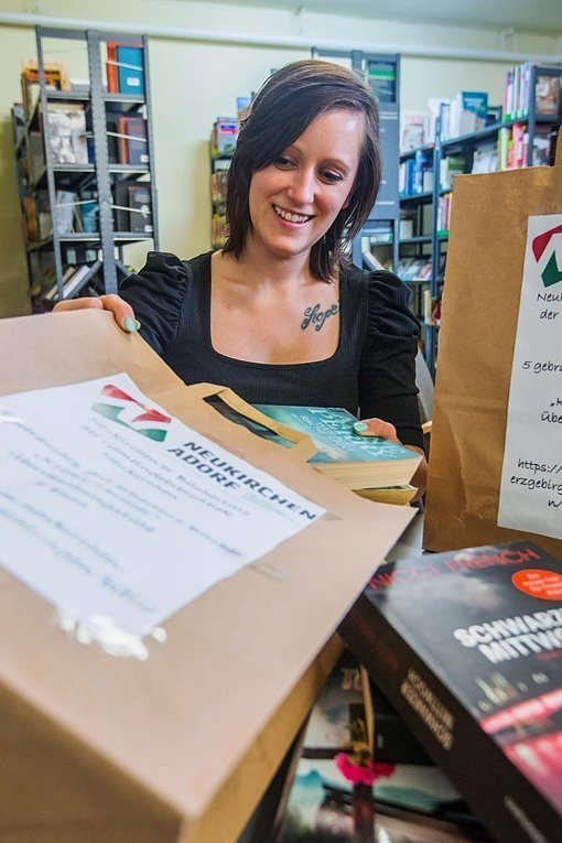 Neukirchens Bibliotheks-Chefin Anne Rombach packt 50 Bücher-Überraschungstüten.