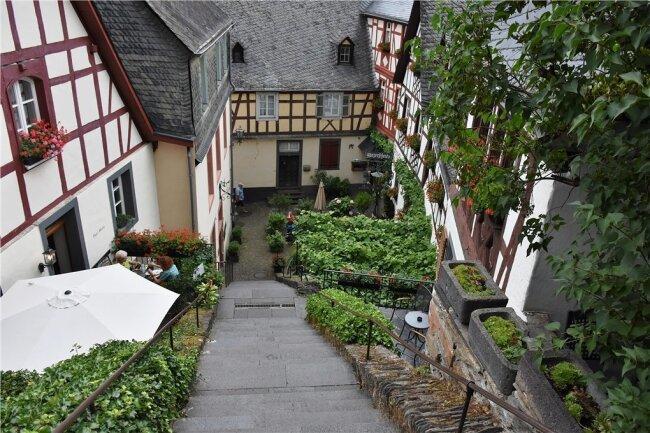 Enge Gassen, romantische Winkel, steile Treppen: Das ist das Fachwerkstädtchen Beilstein. / Einladung zur Weinprobe: die berühmte Zeller Schwarze Katz.