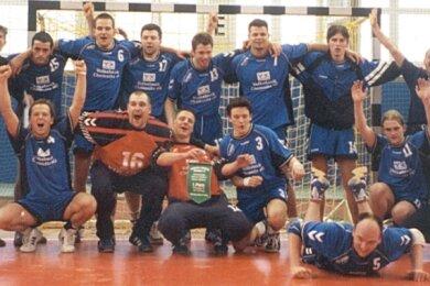 Riesenjubel: Am 22. April 2001 feierten die Handballer der VfB Flöha den Oberliga-Aufstieg.