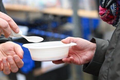 Ein Obdachloser erhält an einem Kältebus warme Suppe. In Chemnitz droht einem solchen Projekt jetzt dasAus.