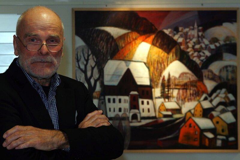 """Reinhard Schaffer vor seinem 2010 gemalten Bild """"Blick nach Crandorf mit Ärztehaus"""", derzeit im Rathaus Schwarzenberg zu sehen."""