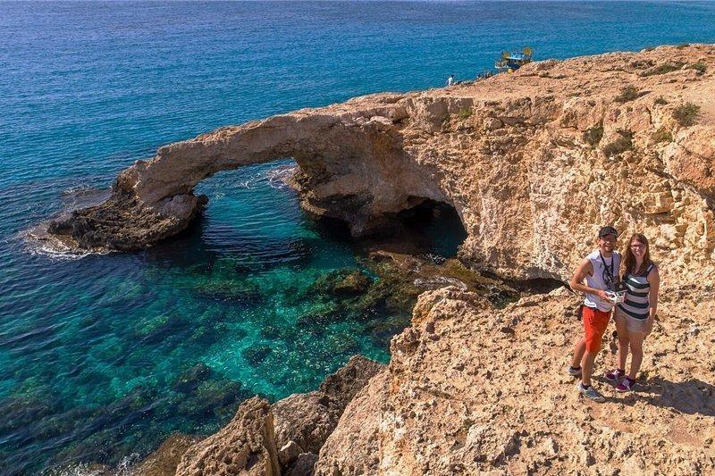 """""""Bitte recht freundlich!"""" Über der Steilküste von Zypern fotografiert eine Drohne den Piloten Francis Markert und seine Freundin Sabrina Herrmann."""